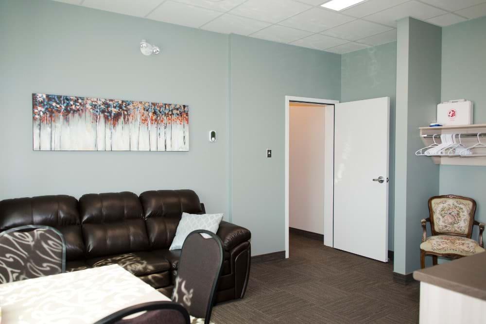 Salon privé incluant cuisinette, vestiaire et salle de bain pour les familles endeuillées (Mont-Joli)