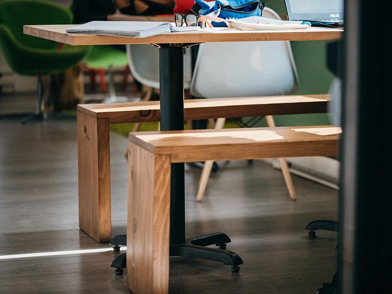 Tables et sièges en bois